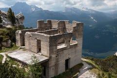 Ruínas abandonadas da construção no cenário italiano dos cumes das dolomites Foto de Stock