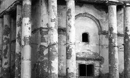 Ruínas antigas, construção abandonada velha, foto preto e branco fotos de stock