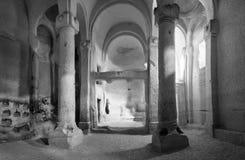 Ruínas antigas da igreja branca de Rose Valley em Cappadocia foto de stock