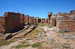 Ruínas antigas da rua em Ostia Antica Indicadores velhos bonitos em Roma (Italy) fotografia de stock