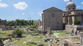 Ruínas antigas de Roman Forum, vista panorâmica na igreja de Santi Luca e Martina filme