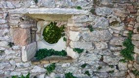 Ruínas antigas de uma janela do castelo fotos de stock