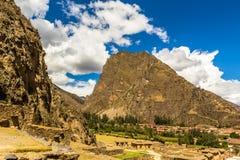Ruínas antigas em um vale da montanha fotos de stock royalty free