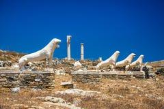 Ruínas antigas na ilha de Delos em Cyclades, um dos locais mitológicos, históricos e arqueológicos os mais importantes imagens de stock