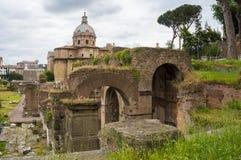 Ruínas antigas, Roman Forum Indicadores velhos bonitos em Roma (Italy) Fotos de Stock Royalty Free