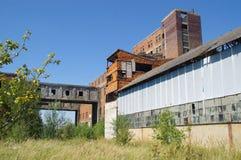 Ruínas cobertos de vegetação da fábrica velha Fotografia de Stock