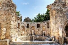 Ruínas da ágora, cidade antiga no lado em um dia de verão bonito, Antalya, Turquia imagens de stock