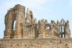 Ruínas da abadia atrás da parede Fotos de Stock