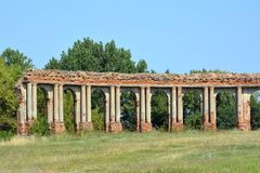 Ruínas da arcada feitas do tijolo vermelho em Ruzhany, Bielorrússia fotografia de stock royalty free