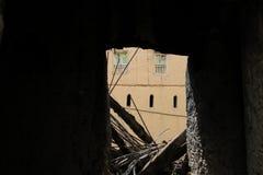 Ru?nas da casa antiga da lama com fundo de casa, sultanato de Om?, Alhamra fotos de stock royalty free