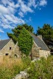 Ruínas da casa em Brittany, Pleumeur Bodou, d'Armor de CÃ'tes, França imagens de stock