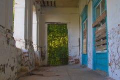 Ruínas da casa velha do tijolo de Tomasz Wawzecki Vila de Vidzy Fotos de Stock Royalty Free