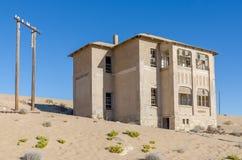 Ruínas da cidade alemão uma vez próspera Kolmanskop da mineração no deserto de Namib perto de Luderitz, Namíbia, África meridiona Imagens de Stock