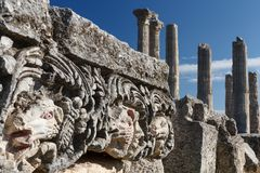Ruínas da cidade antiga Diokaisareia na vila de Uzuncaburc Imagem de Stock