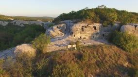Ruínas da cidade antiga dos caverna-quartos dentro rocha completa do lugar abandonado tiro Vista aérea no pagamento antigo dentro vídeos de arquivo