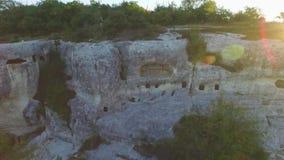 Ruínas da cidade antiga dos caverna-quartos dentro rocha completa do lugar abandonado tiro Vista aérea no pagamento antigo dentro filme