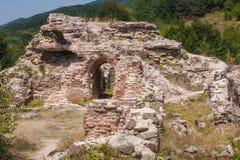 Ruínas da fortaleza romana na porta da passagem de montanha Trojan imagens de stock