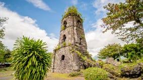 Ruínas da igreja de Cagsawa com o vulcão no fundo, Legazpi de Mayon da montagem, Filipinas Foto de Stock Royalty Free