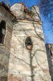 Ruínas da igreja de pedra velha das paredes arruinadas de que são as árvores Foto de Stock