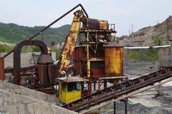 Ruínas da mina de metal velha e da fábrica metalúrgica imagem de stock