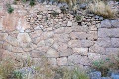 Ruínas da parede de pedra do grego clássico, Delphi, Grécia imagem de stock royalty free
