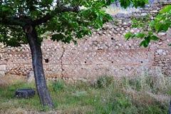 Ruínas da parede de pedra do grego clássico, Delphi, Grécia fotografia de stock