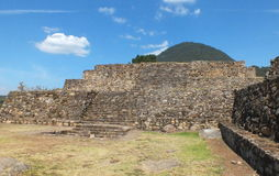 Ruínas da pirâmide de San Felipe los Alzati, Zitacuaro, México imagens de stock royalty free