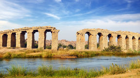 Ruínas da ponte antiga. Hampi, India. imagens de stock royalty free