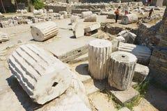 Ruínas da visita dos povos do mausoléu de Mausolus, uma das sete maravilhas do mundo antigo em Bodrum, Turquia fotografia de stock