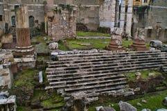 Ruínas de Foro di Traiano, em Roma, Itália fotografia de stock
