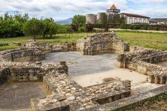 Ruínas de Hospital de San Juan de Acre em Navarrete, Espanha, Don Jacobo Winery no fundo imagens de stock