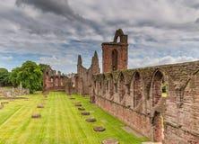 Ruínas de jardins e de cemitério da abadia de Arbroath imagens de stock royalty free