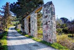 Ruínas de limites de pedra velhos de uma ponte próximo uma estrada fotos de stock royalty free