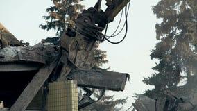 Ruínas de mordedura da ferramenta perigosa da demolição da construção abandonada, elevação das máquinas video estoque