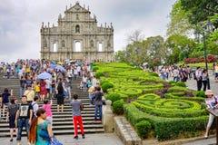 Ruínas de St Paul em Macau, lote dos turistas foto de stock royalty free