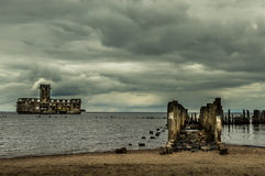Ruínas de Torpedownia velho Hexengrund no mar Báltico em Babie Doly, Gdynia, Polônia foto de stock
