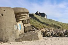 Ruínas de um depósito atlântico da parede, e uma casa nas dunas imagens de stock