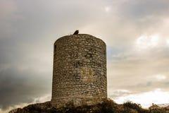 Ruínas de um moinho de pedra antigo construído na parte superior do penhasco em Bonifacio em Córsega no nascer do sol imagem de stock royalty free