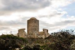 Ruínas de um moinho de pedra antigo construído na parte superior do penhasco em Bonifacio em Córsega no nascer do sol fotografia de stock