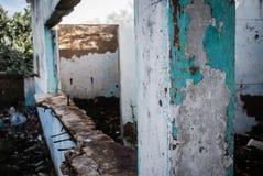 Ruínas de uma casa abandonada imagens de stock