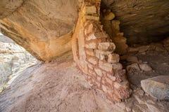 Ruínas de uma construção antiga do celeiro do povoado indígeno no deserto foto de stock