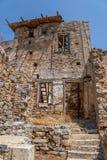 Ruínas de uma construção na ilha de Spinalonga foto de stock