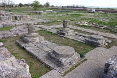 Ruínas de uma igreja na fortaleza da primeira capital búlgara - Pliska fotos de stock