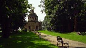 Ruínas de uma igreja velha em um solar do russo filme