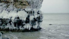 Ruínas demulidas congeladas mágicas dos fortes no mar Báltico, Liepaja, Letónia filme