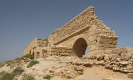 Ruínas do aqueduto em Caesarea Fotografia de Stock Royalty Free