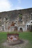 Ruínas do castelo bonito e de um poço velho fotos de stock