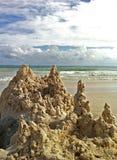 Ruínas do castelo de areia na praia Fotografia de Stock Royalty Free