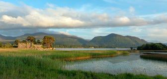 Ruínas do castelo de McCarthy Mor Irish no Lough Leane na Irlanda de Killarney fotografia de stock royalty free
