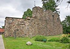 Ruínas do castelo em Valmiera latvia foto de stock